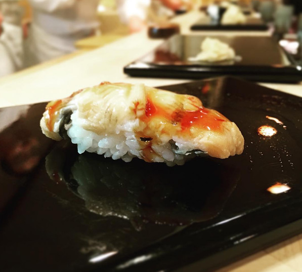 Sushi tươi ngon được làm trực tiếp ngay trước mắt thực khách càng làm cho hương vị món ăn hấp dẫn hơn khi thưởng thức.