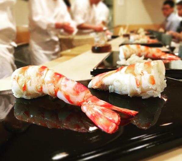 Quán cũng có một số quy tắc đặc biệt như ăn mặc lịch sự (bạn sẽ bị từ chối phục vụ nếu đi dép kẹp, mặc quần short hoặc đồ quá hở hang). Ngoài ra, thực khách cũng được khuyến cáo không nên dùng nước hoa quá mạnh bởi sẽ ảnh hưởng đến hương vị của sushi.