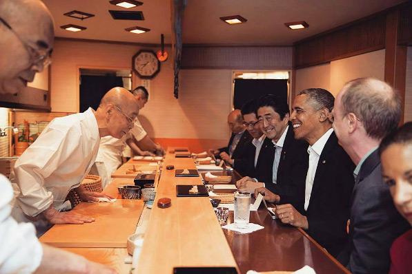 Trước đó, vào năm 2014, Tổng thống Obama cũng từng được cựu Thủ tướng Shinzo Abe mời dùng bữa tối riêng tư tại nhà hàng nổi tiếng này. Tổng thống Mỹ ngồi xuống ghế, dùng bữa và trò chuyện với vị đầu bếp rất thân thiện mà không cần một không gian đặc biệt nào.