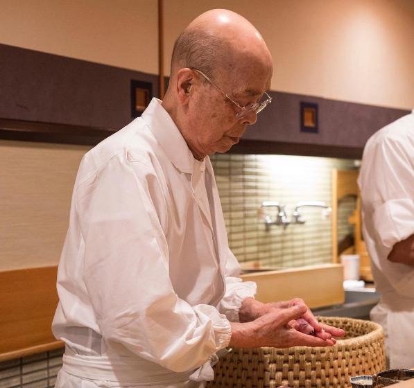 """Sukiyabashi Jiro là tâm huyết của nghệ nhân sushi Jiro Ono, năm nay đã ngoài 90 tuổi. Nhà hàng được xếp hạng 3 sao Michelin được mệnh danh là nơi có chỗ ngồi nổi tiếng nhất hành tinh nhờ bộ phim tài liệu năm 2011 """"Jiro Dreams of Sushi"""" (Giấc mơ sushi của ông Jiro)."""