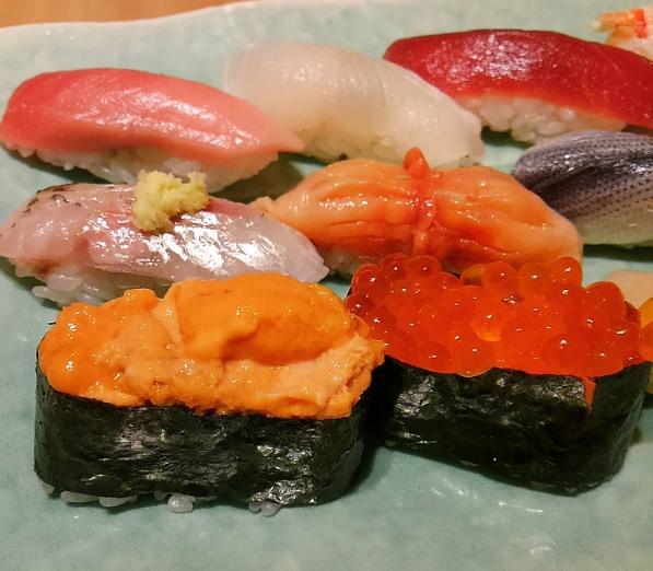 """Thực đơn chỉ có đúng 20 món đã niêm yết sẵn và không phục vụ thêm bất cứ yêu cầu nào. """"Khó tính"""" với thực khách là vậy, bù lại, bạn sẽ được thưởng thức một món sushi tuyệt hảo, mang trong mình không chỉ hương vị tuyệt vời nhất mà còn được thưởng thức nghệ thuật làm và trình bày sushi rất đỗi tinh tế ngay trước mắt."""