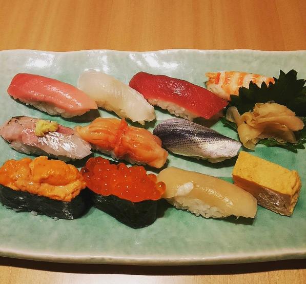 """Giá của một suất sushi tại nhà hàng cũng rất """"trên trời"""", bạn chỉ được ngồi không quá nửa tiếng. Giá cho 15 phút thưởng thức sushi là 30.000 yen (khoảng 6 triệu đồng) và không nên ngồi quá 30 phút để dành chỗ cho những người tiếp theo."""